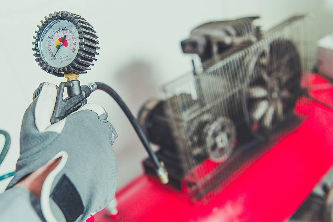 Kompresory śrubowe – największe zalety i zasada działania